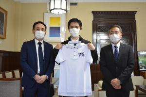 左:ミズノ株式会社 間様/中央:吉村知事/右:ミズノ株式会社 濱田様