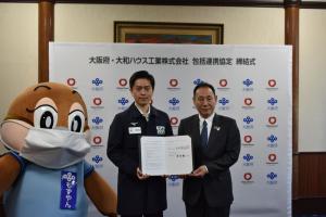 (写真左から)もずやん、吉村知事、芳井代表取締役社長