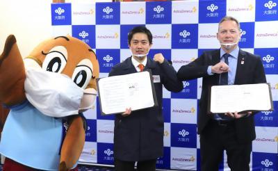 (写真左から)もずやん、吉村知事、ステファン代表取締役社長