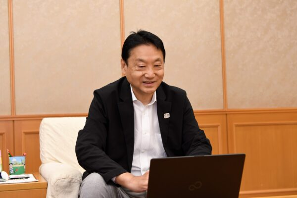 東大阪市 野田 義和 市長の挨拶で、2日目の「OSAKA MEIKAN GROWTH DRIVE 2021 in Higashiosaka」がスタート。(場所:東大阪市役所)