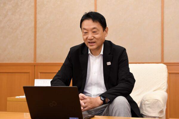 「東大阪市における公民連携の取組み」について話す東大阪市 野田 義和 市長(場所:東大阪市役所)